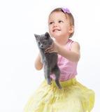 Het spelen van het meisje met een katje Stock Fotografie