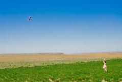 Het spelen van het meisje met een vlieger Royalty-vrije Stock Foto