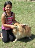 Het spelen van het meisje met haar honden Stock Afbeelding