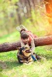 Het spelen van het meisje met hond Stock Afbeelding
