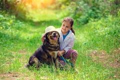 Het spelen van het meisje met hond Royalty-vrije Stock Afbeelding