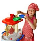 Het spelen van het meisje met keuken Royalty-vrije Stock Foto's