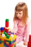 Het spelen van het meisje met kleurrijke blokken Stock Foto's