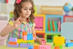 Het spelen van het meisje met kleurrijke blokken Royalty-vrije Stock Foto