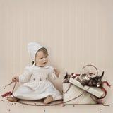 Het spelen van het meisje met parels en katjes in gi stock foto