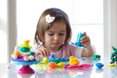 Het spelen van het meisje met plasticine Royalty-vrije Stock Fotografie