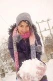 Het spelen van het meisje met sneeuw stock afbeeldingen