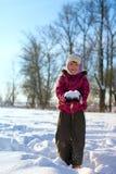 Het spelen van het meisje met sneeuw royalty-vrije stock afbeeldingen