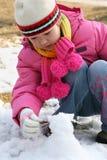 Het spelen van het meisje met sneeuw Royalty-vrije Stock Foto