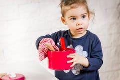 Het spelen van het meisje met speelgoed Stock Afbeelding