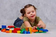 Het spelen van het meisje met speelgoed stock foto's