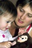 Het spelen van het meisje met stuk speelgoed stock afbeeldingen