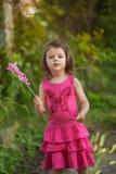 Het spelen van het meisje met toverstokje Royalty-vrije Stock Foto's