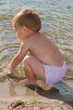 Het spelen van het meisje met water Royalty-vrije Stock Fotografie