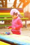 Het spelen van het meisje met zand royalty-vrije stock fotografie