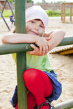Het spelen van het meisje op de speelplaats van kinderen Royalty-vrije Stock Afbeeldingen