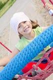 Het spelen van het meisje op de speelplaats van kinderen Stock Fotografie