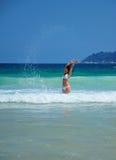 Het spelen van het meisje op het strand Stock Afbeeldingen