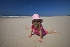 Het spelen van het meisje op zandig strand Royalty-vrije Stock Afbeeldingen