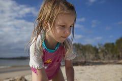 Het spelen van het meisje op zandig strand Royalty-vrije Stock Foto