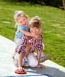 Het spelen van het meisje in park. Stock Foto