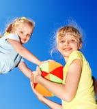 Het spelen van het meisje in park. Stock Fotografie