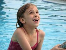 Het spelen van het meisje in pool Stock Afbeelding