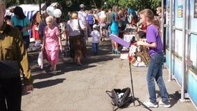 Het spelen van het meisje saxofoon stock footage