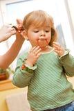 Het spelen van het meisje tijdens haar routine van de ochtendschoonheid stock foto