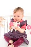Het spelen van het Meisje van de baby in bed Stock Afbeeldingen