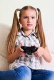 Het spelen van het meisje videospelletje. Stock Foto