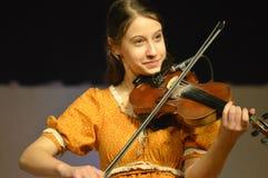 Het spelen van het meisje viool royalty-vrije stock fotografie