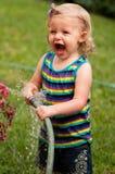 Het spelen van het meisje in water Stock Fotografie