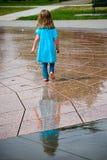 Het spelen van het meisje in waterfontein Royalty-vrije Stock Foto's