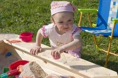 Het spelen van het meisje in zandbak Royalty-vrije Stock Fotografie