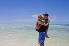 Het spelen van het paar in de Oceaan Royalty-vrije Stock Foto