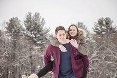 Het spelen van het paar in de winter royalty-vrije stock foto's