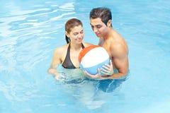 Het spelen van het paar met strandbal Stock Afbeeldingen
