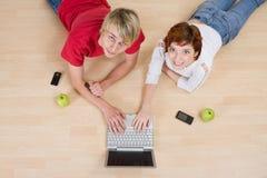 Het spelen van het paar op computer stock fotografie