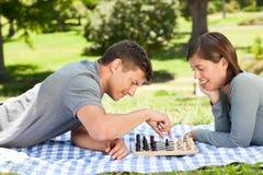 Het spelen van het paar schaak in het park Royalty-vrije Stock Afbeelding
