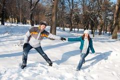 Het spelen van het paar in sneeuw Stock Afbeelding