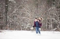 Het spelen van het paar in sneeuw Royalty-vrije Stock Foto's