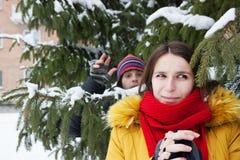 Het spelen van het paar sneeuwballen Stock Foto