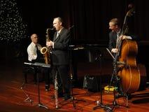 Het Spelen van het Trio van de Band van de Jazz van Trifecta bij de Tempel Stock Fotografie