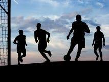 Het Spelen van het voetbal (Hemel) Stock Foto's