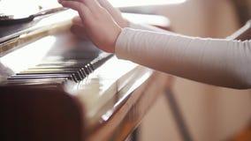 Het spelen van het kind piano Sluit omhoog op pianosleutels, kindhanden en vingers stock footage