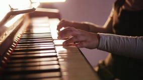 Het spelen van het kind piano Sluit omhoog op pianosleutels, kindhanden en vingers Schuifmening van het spelen stock video