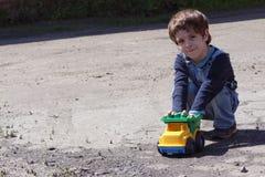 Het Spelen van Little Boy met een Auto van het Stuk speelgoed stock afbeelding