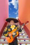 Het spelen van Mariachi van Charro gitaar in de trap van Mexico stock foto's