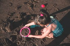 Het spelen van het meisje bij het strand royalty-vrije stock foto's
